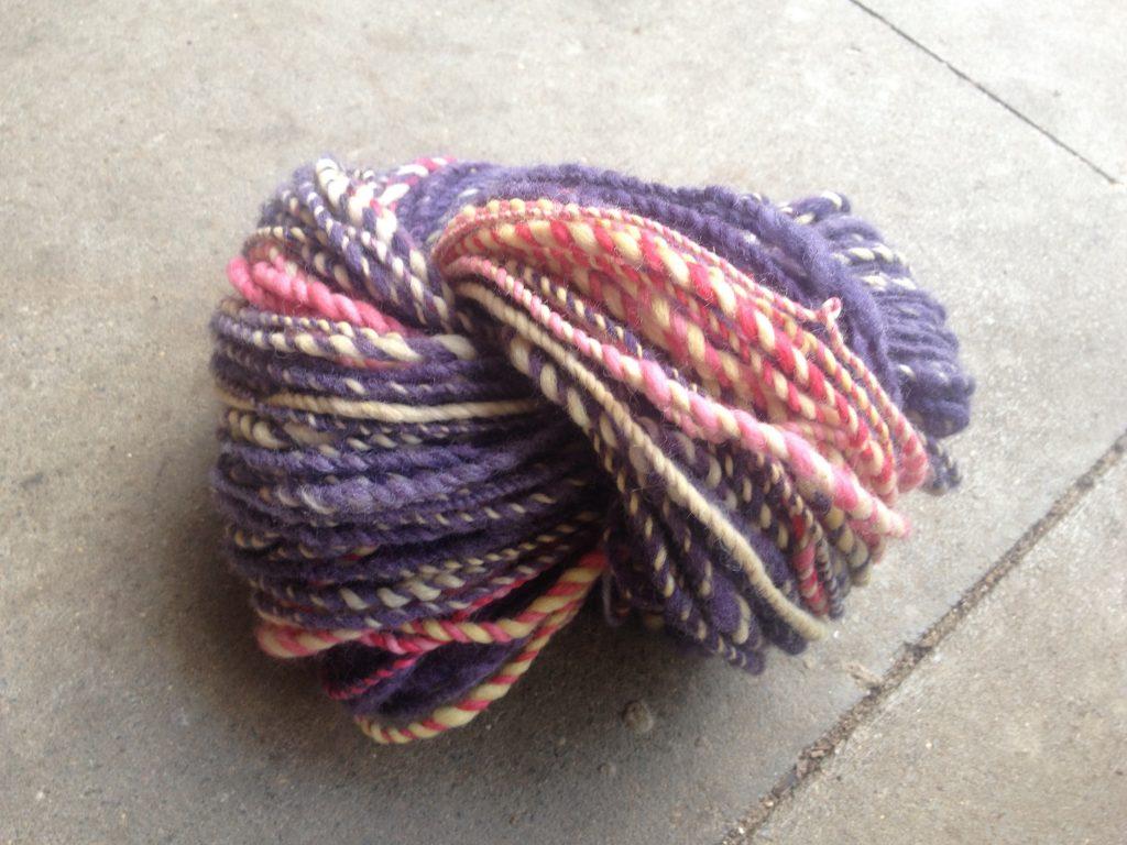 art und werk, art yarn, handgesponnen, merino, schaf wolle, lila,gelb, rosa